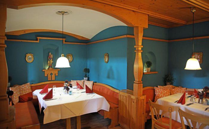 Landhotel Allgäuer Hof gemütlich abends zusammen sitzen.
