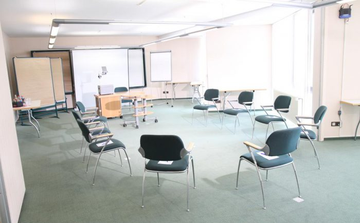 Hotel zur Post Tagungsraum mit Stühlen im Kreis