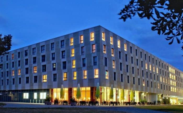 Welcome Hotel Darmstadt außen Ansicht bei Nacht.
