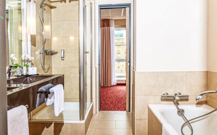 Welcome Hotel Darmstadt Badezimmer mit Badewanne sehr schön zum erholen nach einem langen Tag.