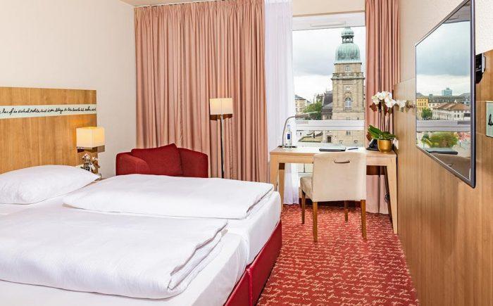 Welcome Hotel Darmstadt helles Doppelzimmer mit einer sehr guten Aussicht.