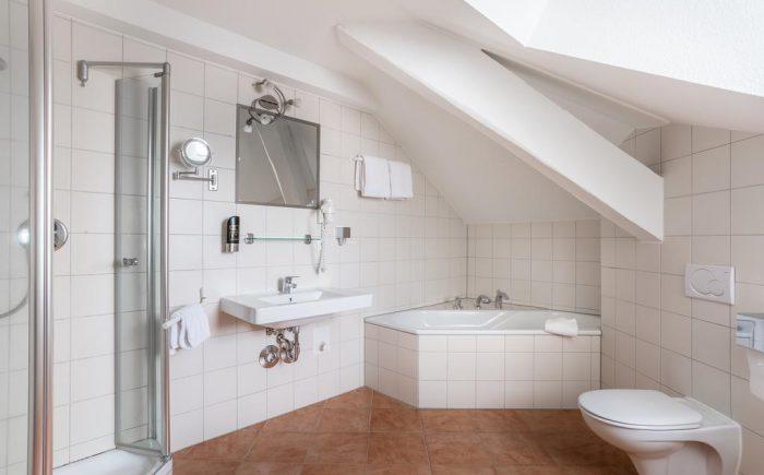 Kurhaushotel Bad Salzhausen Badezimmer sehr groß und viel Platz auch für die ganze Familie. Besonders schön hier die Badewanne für gute Entspannung nach einer langen Tagung in den schönen Tagungsräumen.