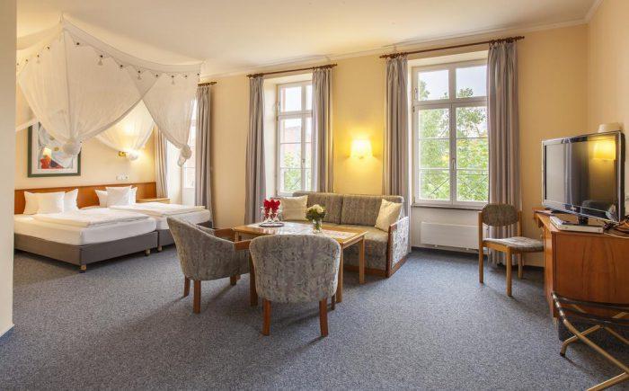 Kurhaushotel Bad Salzhausen schönes und helles Doppelzimmer mit viel Platz auch für keine Besprechungen oder Vorbereitungen für die Tagung. Besonders für die Sprecher auf der Bühne geeignet.