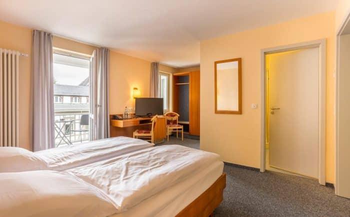 Kurhaushotel Bad Salzhausen helles Doppelzimmer mit Badezimmer und TV. Ansprechend sauber und gepflegt mit viel Stil und Besonderheiten.