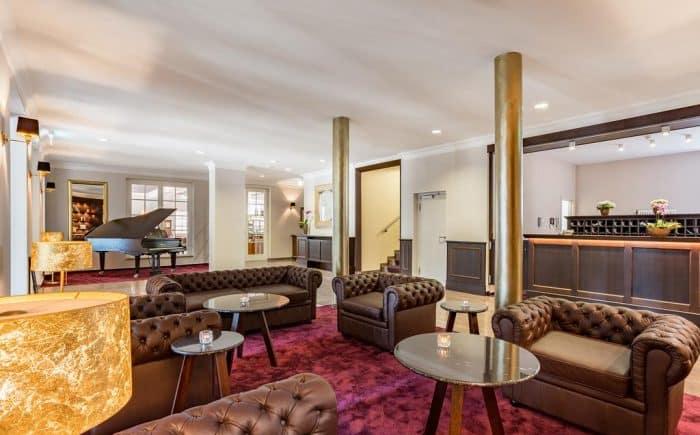 Kurhaushotel Bad Salzhausen der schöne und interessante Empfang im Still der alten Jahren. Ein schöner Sitzbereich um Gäste des Hauses oder auch Freunde zu treffen. Kurzes und auch längeres verweilen erwischt.