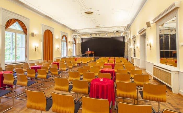 Kurhaushotel Bad Salzhausen Sie möchten Tagen oder haben einen Sprecher der dann bietet sich so ein Sitzanordnung besonders an. Hier können alle die Bühne perfekt sehen und können gespannt den Worten lauschen.