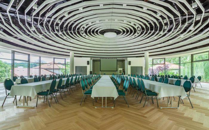 Kurhaushotel Bad Salzhausen der helle und freundliche Seminar und Tagungsraum bietet viel Platz für verschiedene Bestuhlung. Ob Sie eine U Form oder einfache Reihen wünschen - hier bleiben keine wünsche unmöglich.