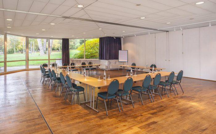 Kurhaushotel Bad Salzhausen der Tagungsraum bietet die Möglichkeit das sich jeder sehen kann indem die Stühle im Kreis angeordnet sind. Dieses ist wichtig wenn alle miteinander reden möchten und bei der Tagung was mit beitragen möchten.