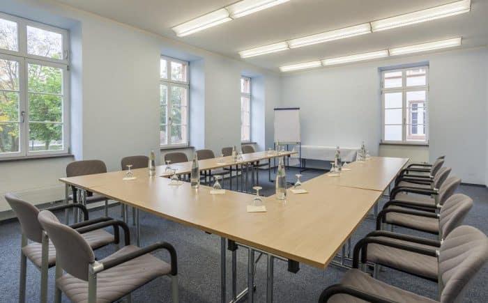 Bei dem Hellen und freundlichen und Tagungsraum im Kurhaushotel Bad Salzhausen können Sie ausser der U Form auch weitere Stuhl Anordnungen machen.
