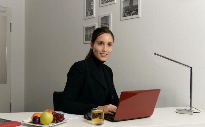 Für Arbeiten bieten auch manche Zimmer ein Schreibtisch.