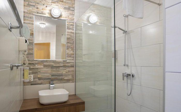 Helles und gemütliches Badezimmer in jedem Zimmer.