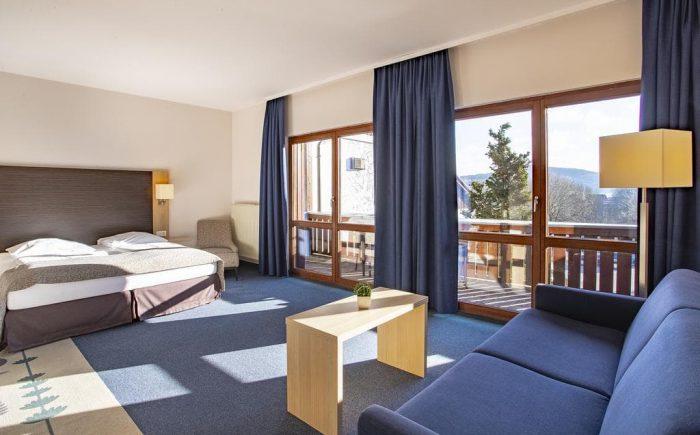 Ein Doppelzimmer mit einem schönen großen Balkon und einem sehr großen Bett.