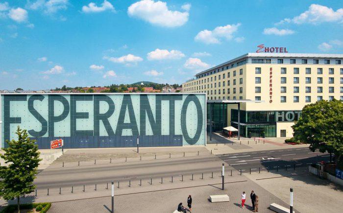 ESPERANTO Kongress- und Kulturzentrum hier sehen Sie den großen Esperanto Platz direkt vor der Tür.