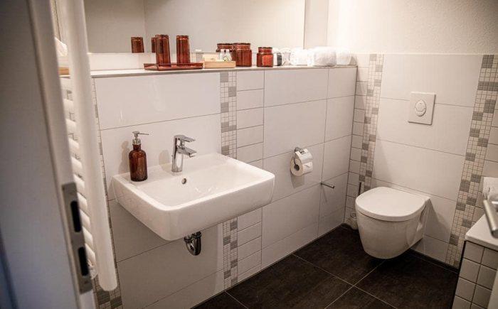 mainhaus-stadthotel-frankfurt gemütliches Badezimmer mit allem was man in einem Badezimmer benötigt.