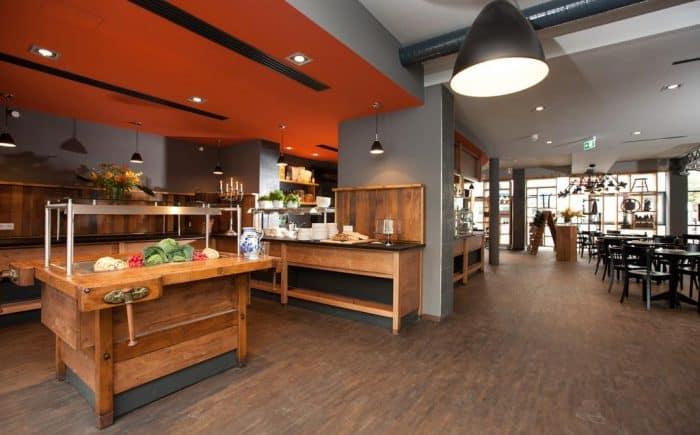 mainhaus-stadthotel-frankfurt großer Frühstücksbereich mit vielen Speisen. Ob warme oder kalte Speisen für jeden Frühstückstyp etwas dabei.