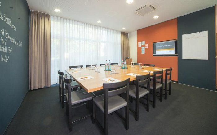 mainhaus-stadthotel-frankfurt ein kleiner Tagungsraum zum zurückziehen oder für keine Tagungen oder Seminare.