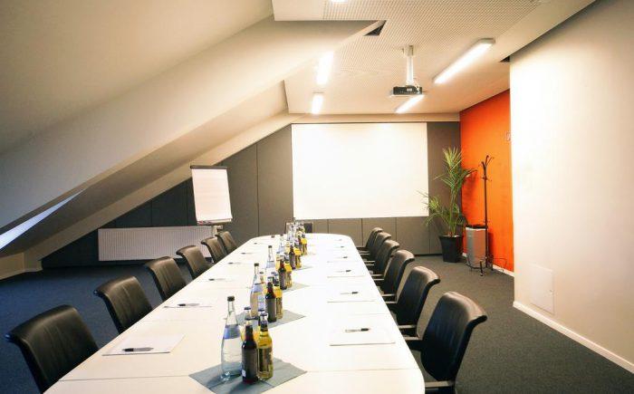 Tagungszentrum Blaubeuren diesen kleinen Tagungsraum können Sie einzeln buchen oder auch zusammen mit dem großen Tagungsraum wenn Sie sich bei einer längeren Tagung auch mal zurück ziehen möchten.